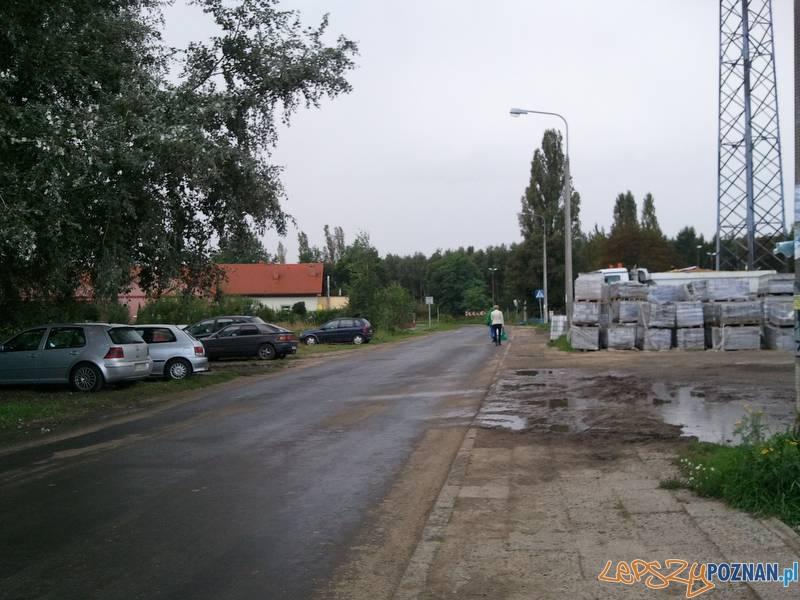 dziki parking, zniszczona trawa, zniszczone chodniki...  Foto: lepszyPOZNAN.pl / gsm