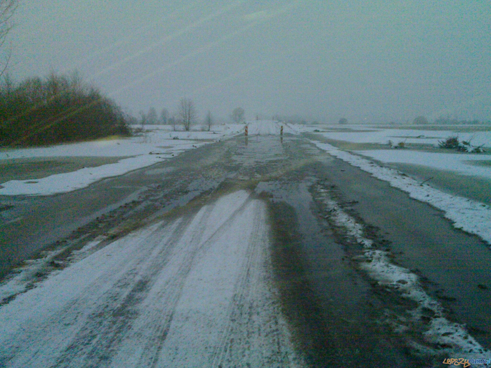 Zalana droga powiatowa 1323P pomiędzy miejscowościami Drawsko – Krzyż Wlkp  Foto: UW