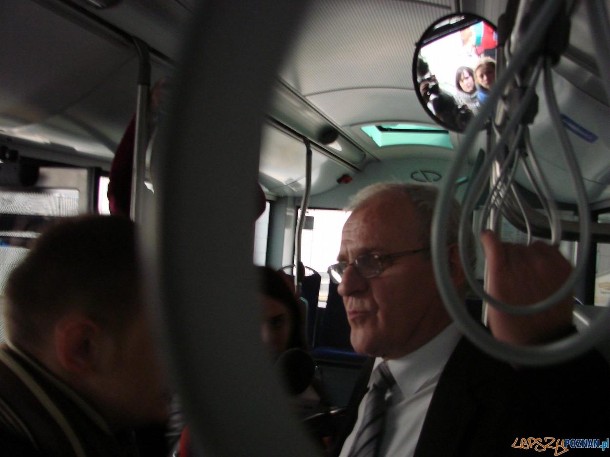 Krzysztof Książyk, dyrektor przewozów autobusowych w nowym pojeździe  Foto: lepszyPOZNAN.pl / ag
