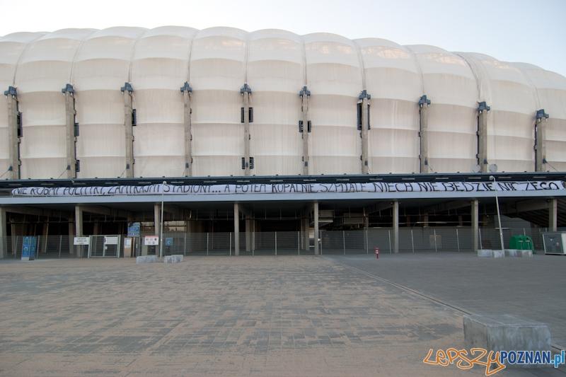 Kibice dopingują... na parkingu pod stadionem - Poznań 07.05.2011 r.  Foto: LepszyPOZNAN.pl / Paweł Rychter