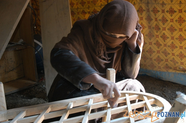 Afganka przy pracy w warsztacie  Foto: NATO