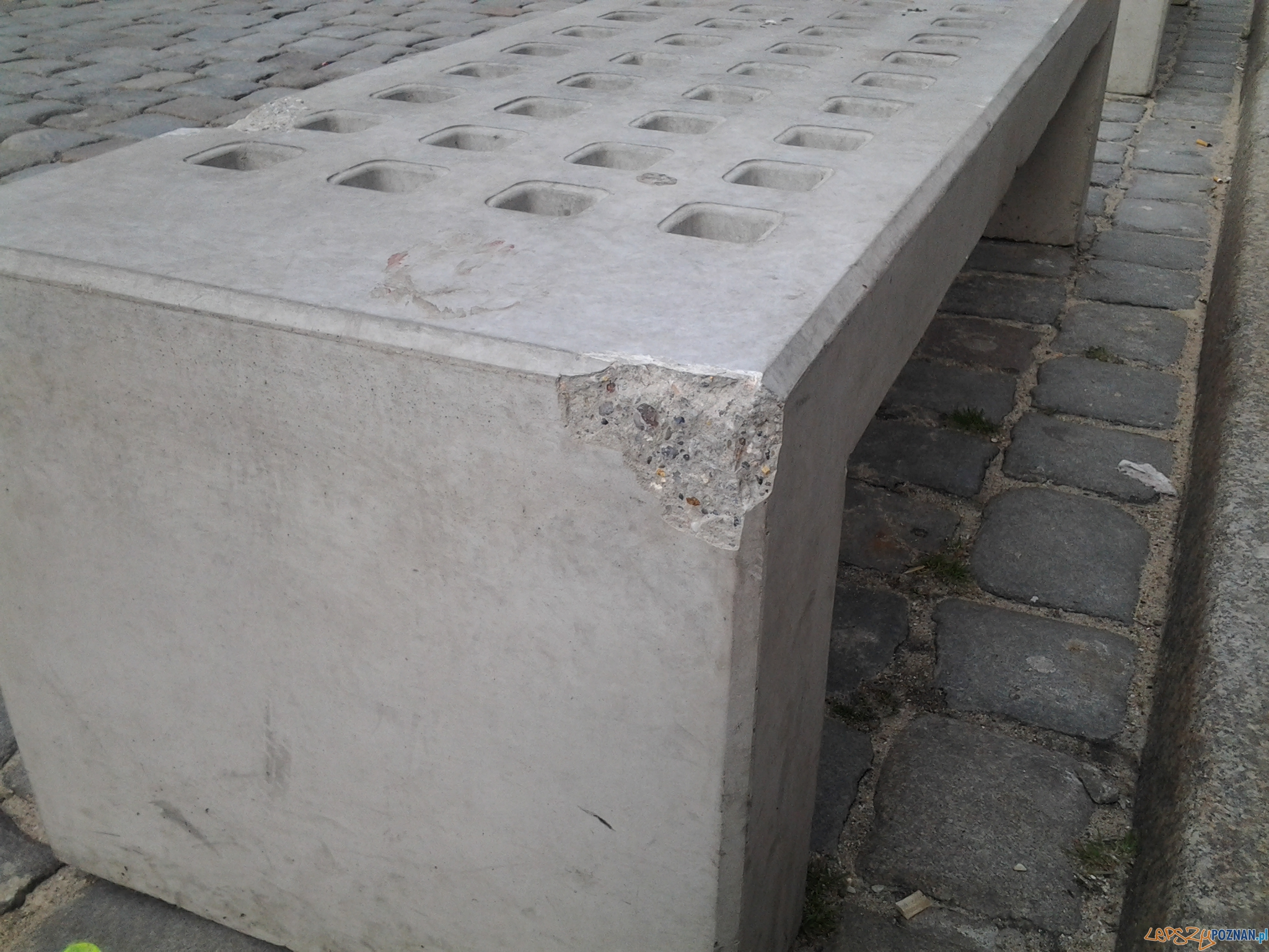 Zniszczone ławki wandalo-odporne na Starym Rynku  Foto: lepszyPOZNAN.pl / ag