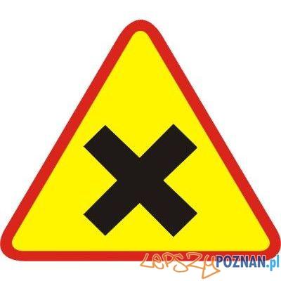 Znak skrzyżowanie równorzędne  Foto: Znak skrzyżowanie równorzędne