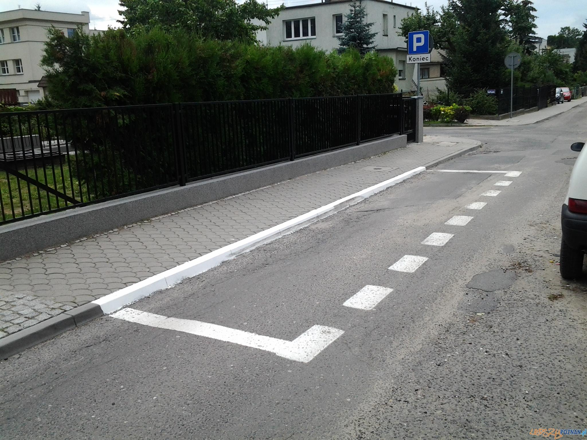 Wyznaczone miejsca postojowe na ulicy Kmiecej  Foto: lepszyPOZNAN.pl / gsm