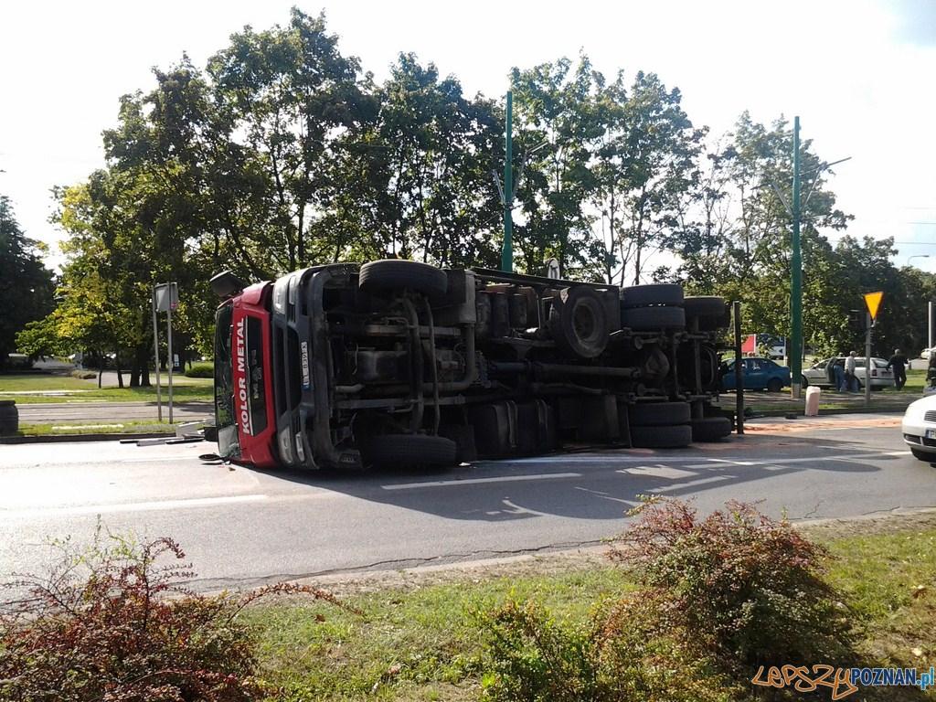 Ciężarówka przewróciła się na Warszawskiej  Foto: lepszyPOZNAN.pl / tab