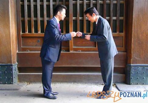 Wymiana wizytówek z Japonii  Foto: http://www.jippon.pl