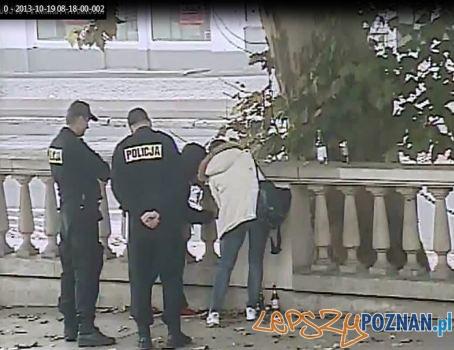 czyszczenie elewacji w asyscie policji  Foto: Straż Miejska
