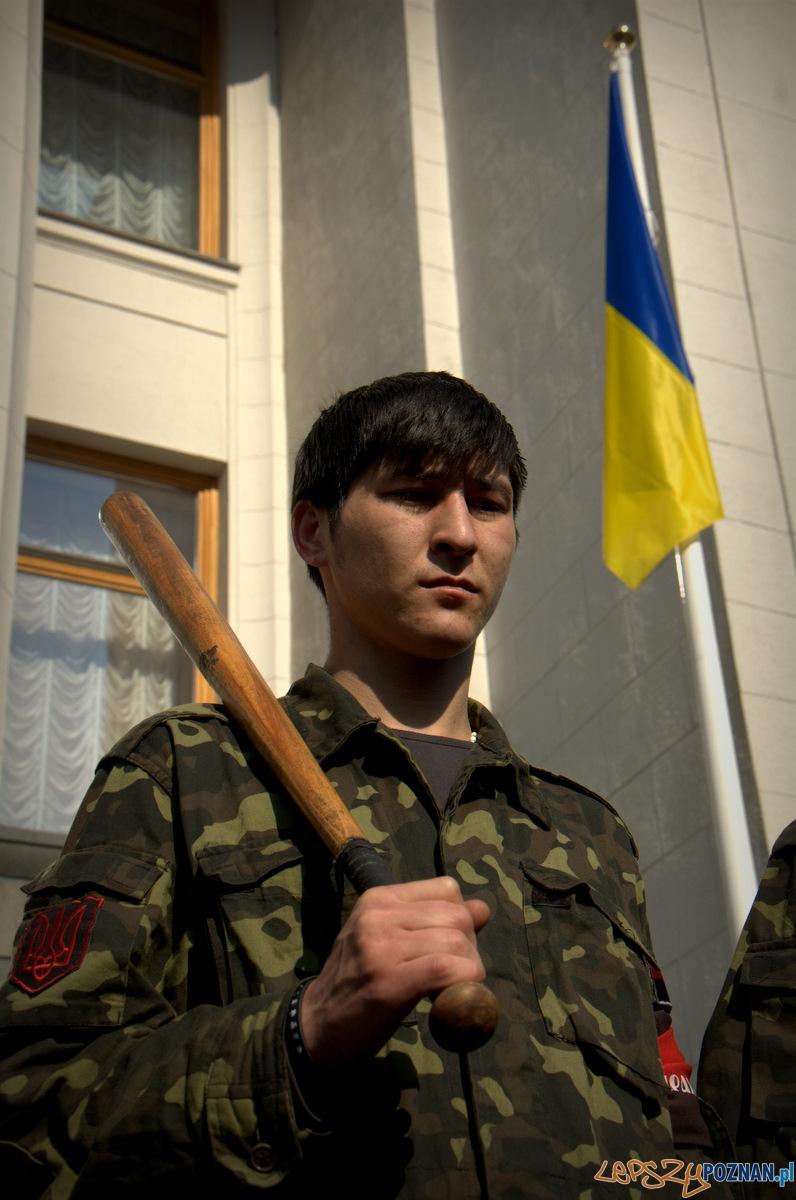 """Niepokojące są również emblematy """"White power"""" i swastyki wyryte na pałkach młodych bojowników. Tutaj chłopak miał takowe, ale schował widząc, że go fotografuje.   Foto: lepszyPOZNAN.pl / Mathias Mezler"""