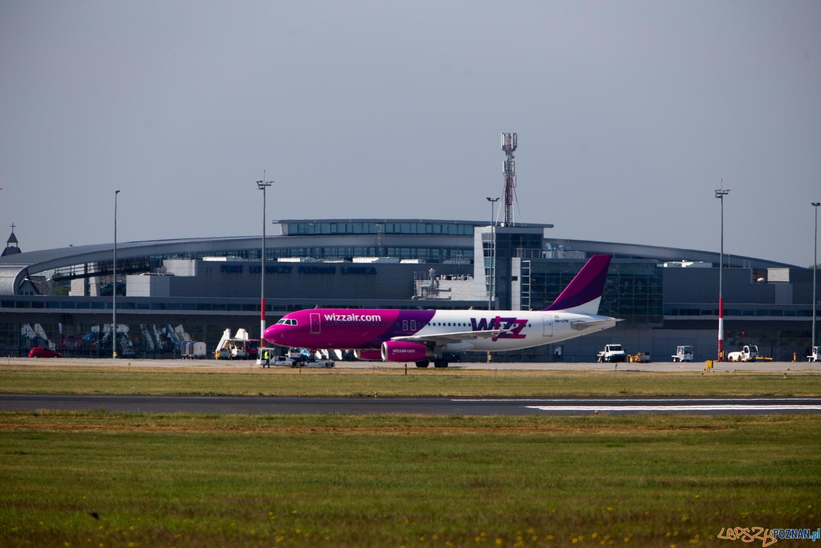 Lotnisko Ławica  - samolot Wizzair wypychany ze stanowiska  Foto: lepszyPOZNAN.pl /Piotr Rychter