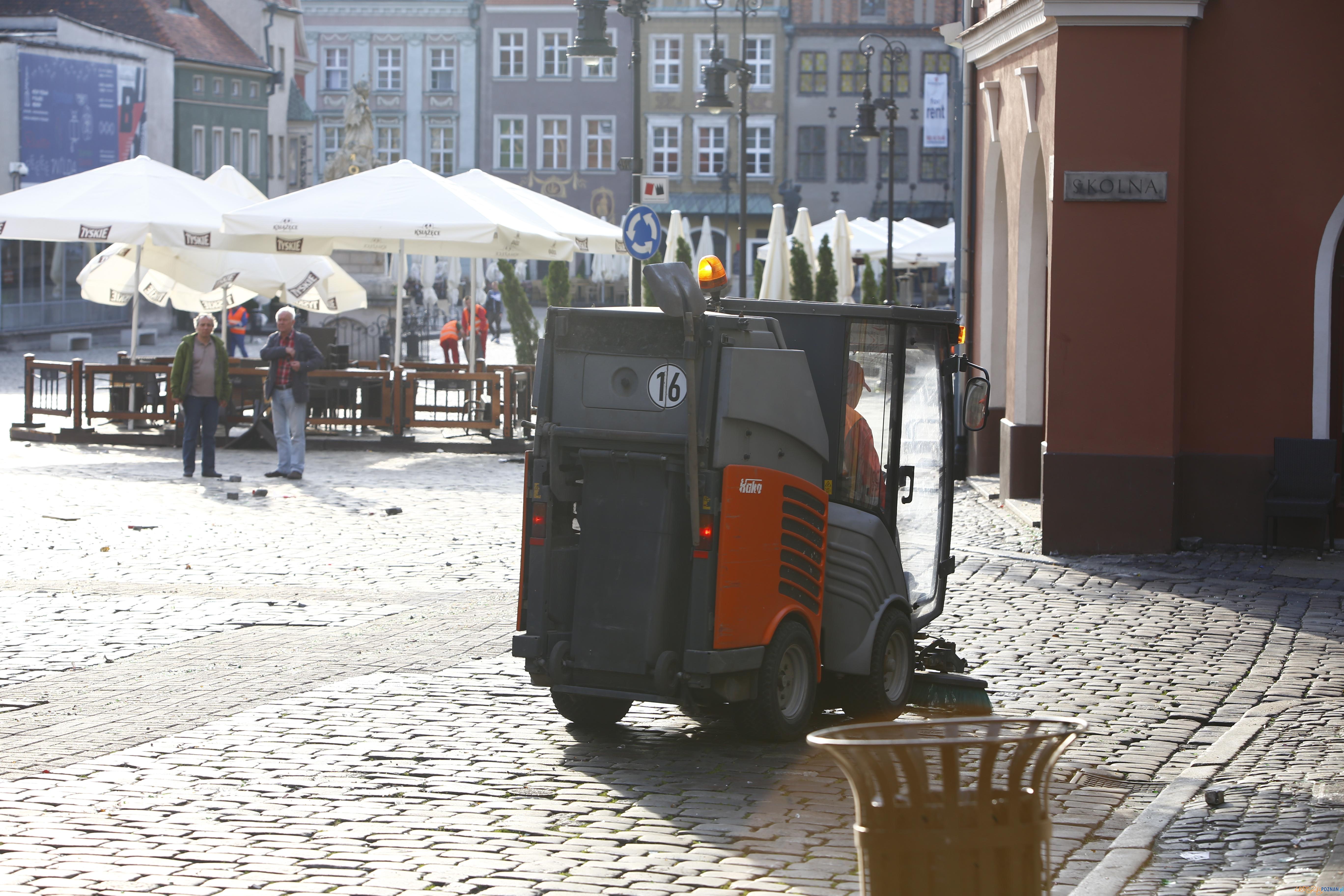 Sprzątanie Starego Rynku  Foto: lepszyPOZNAN.pl