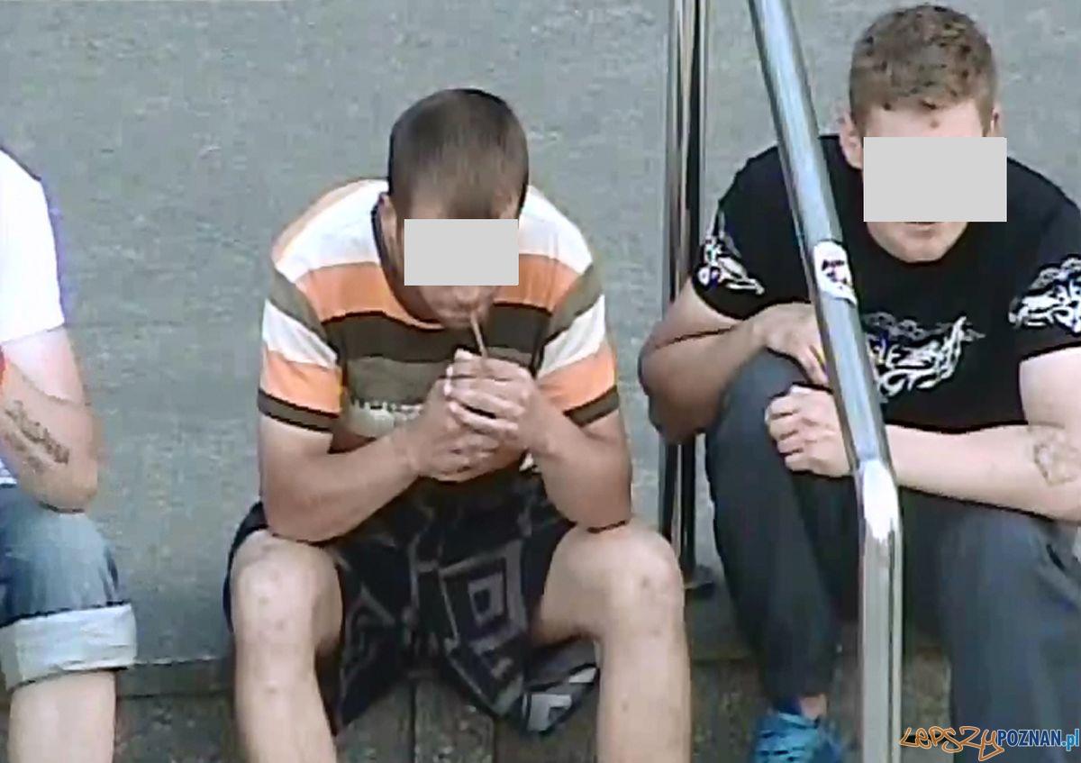 Zakazane substancje na Starym Mieście - w oku kamery monitoringu  Foto:
