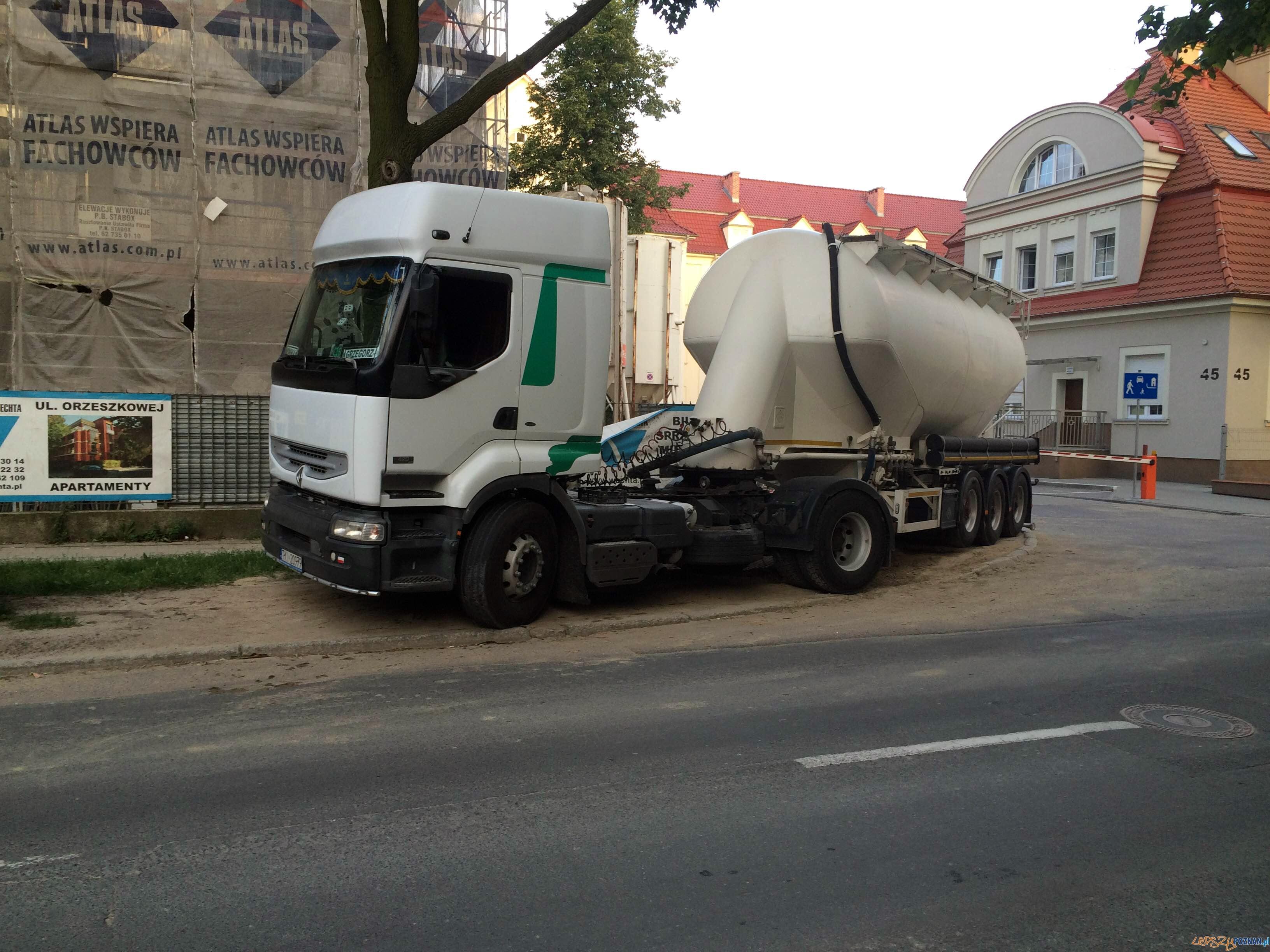 Budują bloki, niszczą chodniki  Foto: Michał Pa