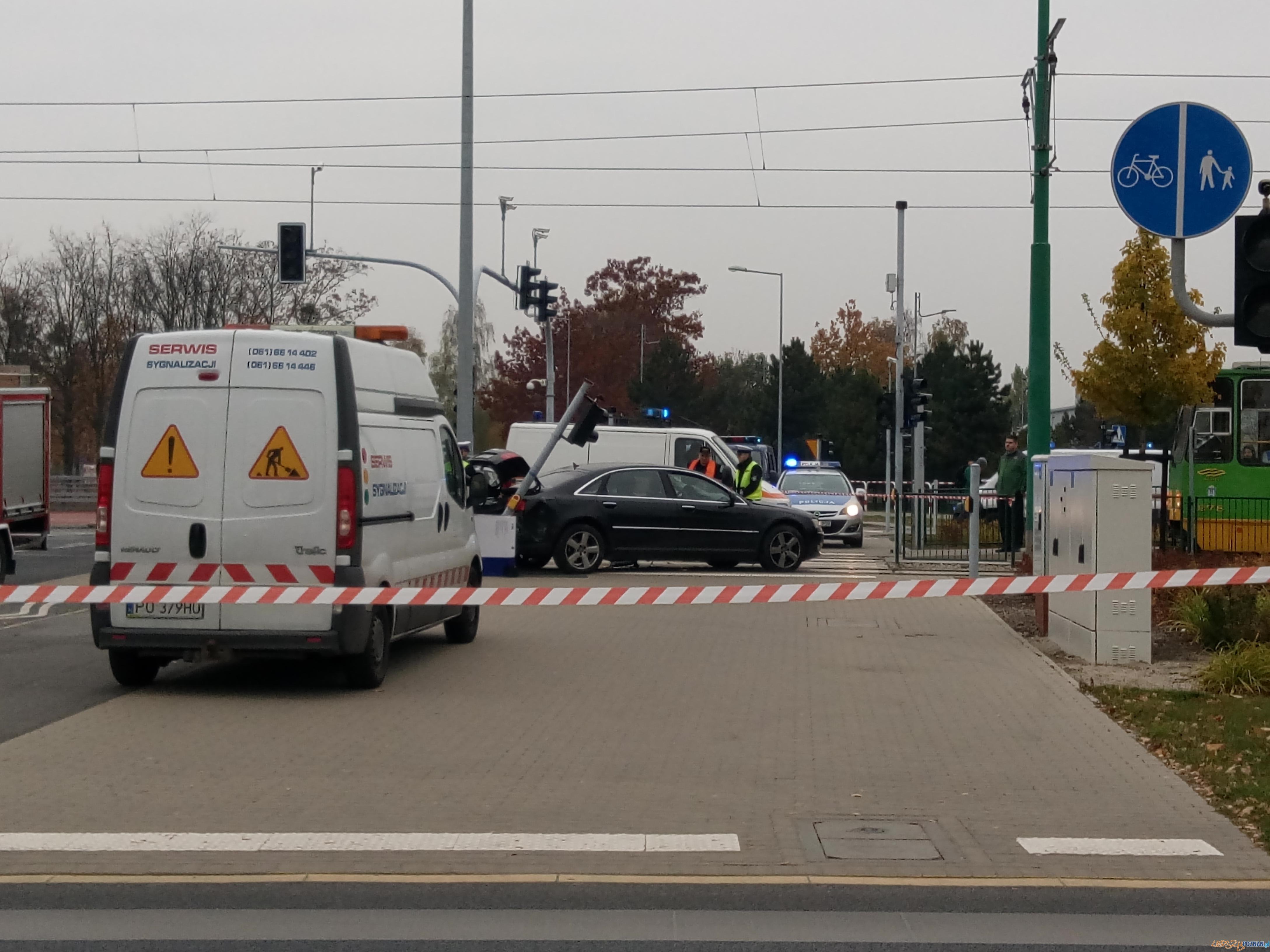 Auto zderzyło się z bimbą  Foto: lepszyPOZNAN.pl / gsm