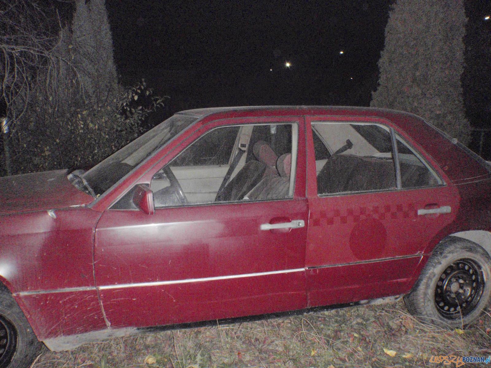 Mercedes porzucony w krzakach  Foto: Straż Miejska w Poznaniu