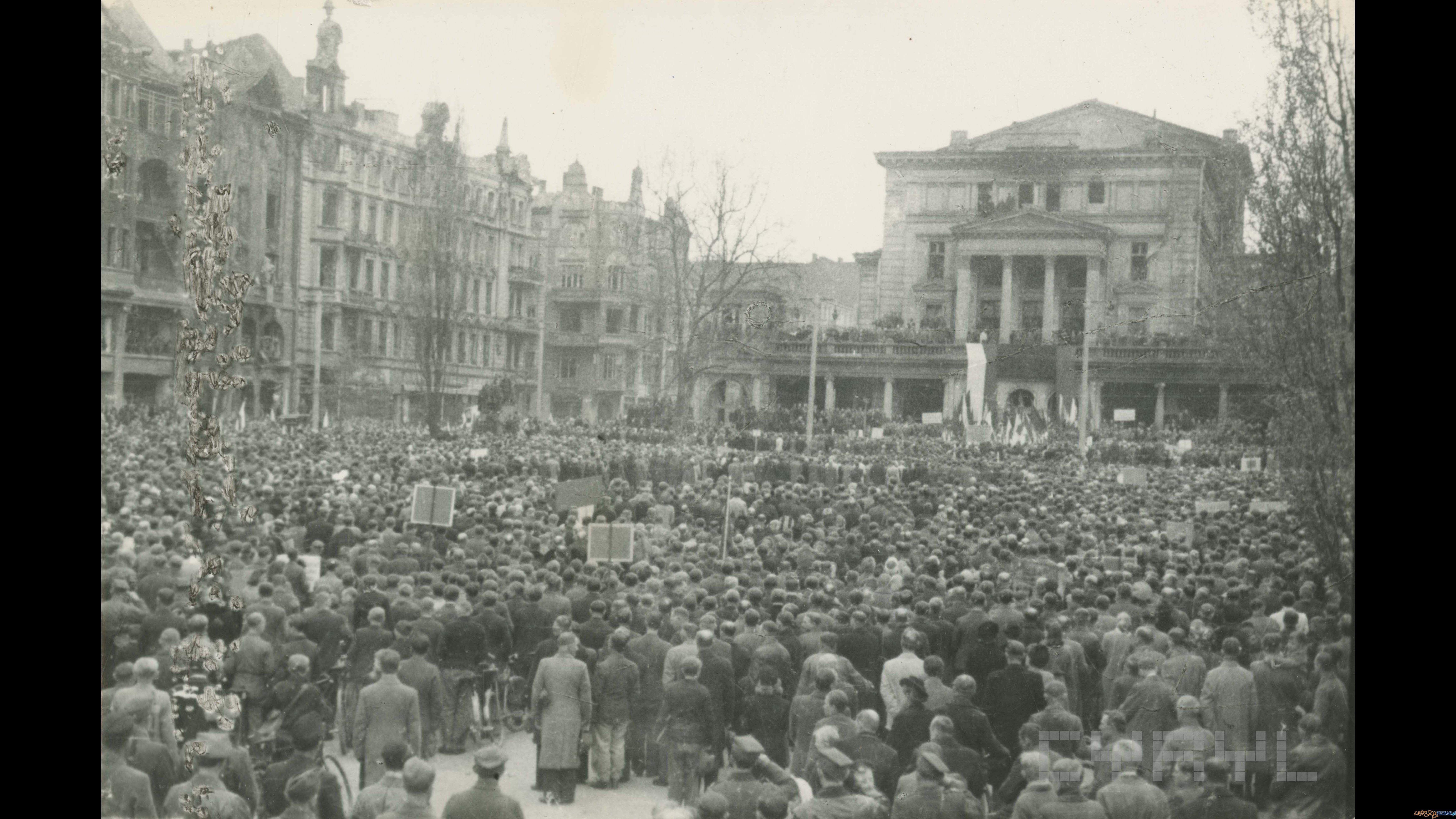 Manifestacja pierwszomajowa na pl. Wolności  |  01.05.1945  Foto: