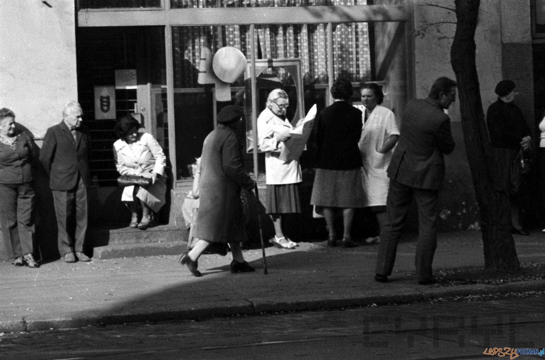 Kolejka do mięsnego na Kraszewskiego - 1981  Foto: Stanisław Wiktor / Cyryl