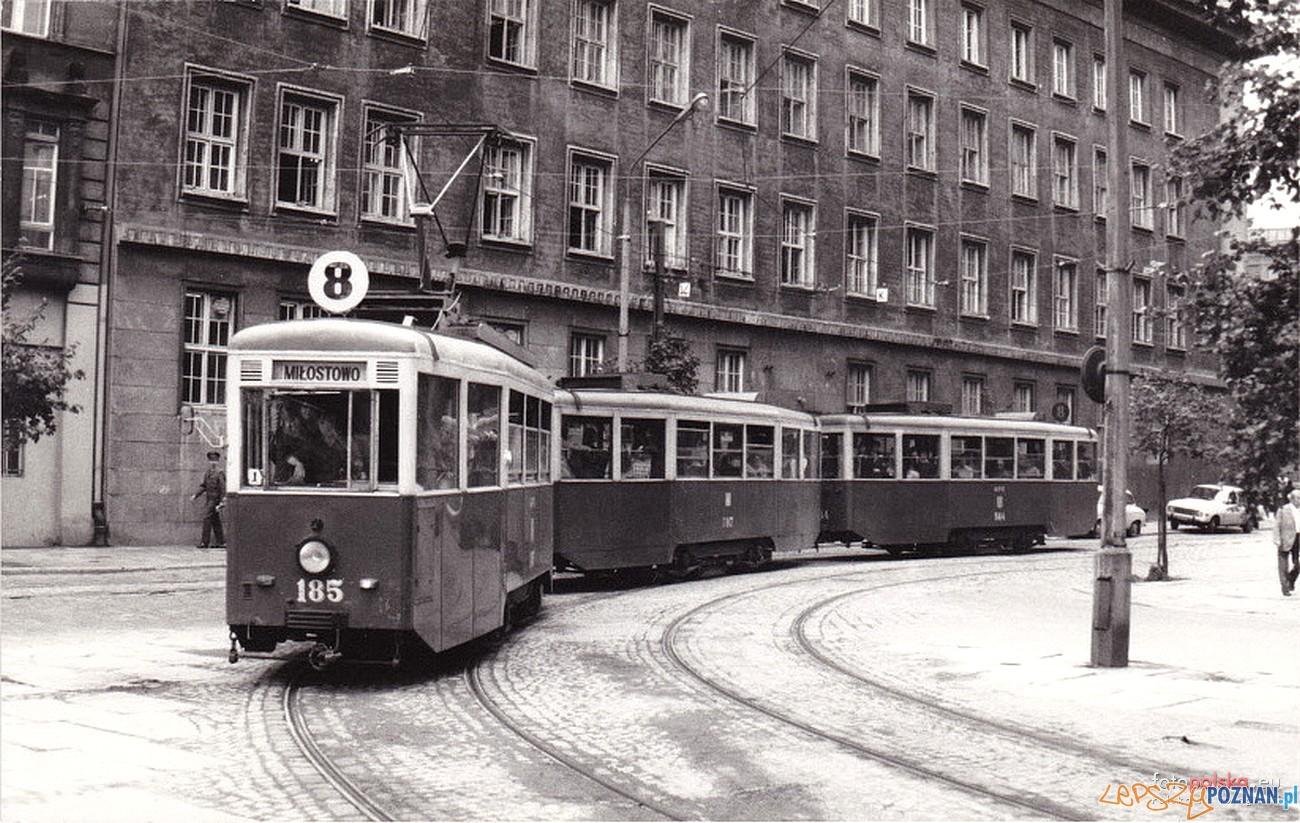 """8 tramwaj typu """"N"""" na Placu Wielkopolskim - 1977 r.  Foto: fotopolska"""