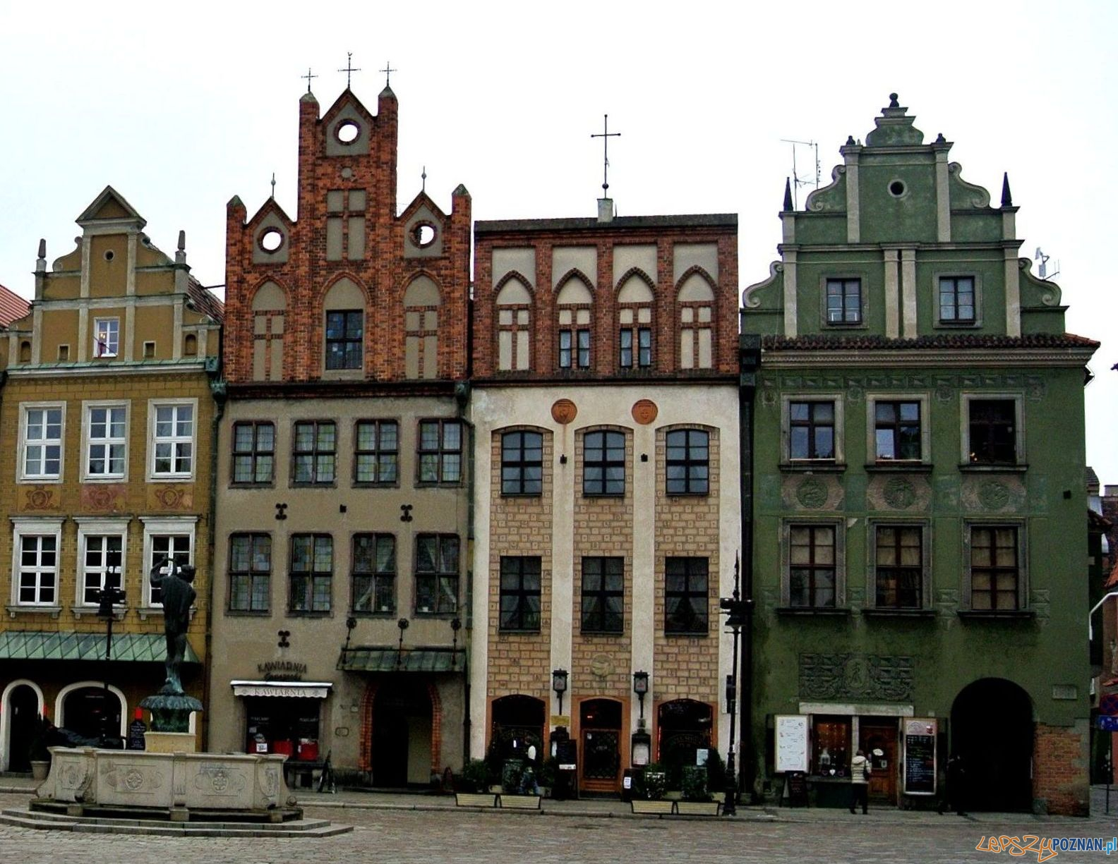Pierzeja wschodnia Starego Rynku z kamienicą Pod daszkiem (nr 50)  Foto: Jan Kaczmarek 22 / poznan.wikia.com