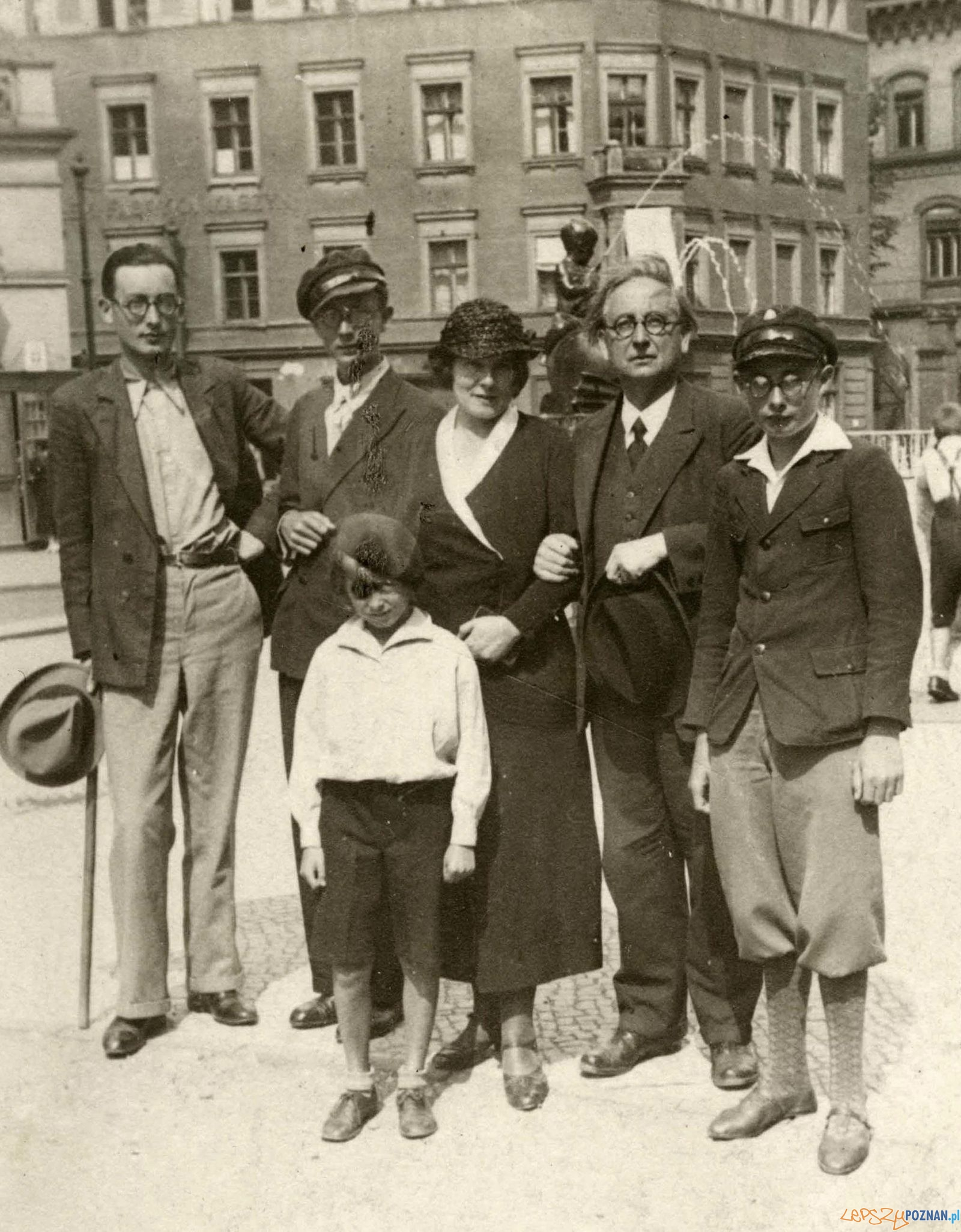 Feliks Nowowiejski z żoną Elżbietą i synami w tle fontanna Kronthala - 1936  Foto: Archiwum Nowowiejskich / Cyryl