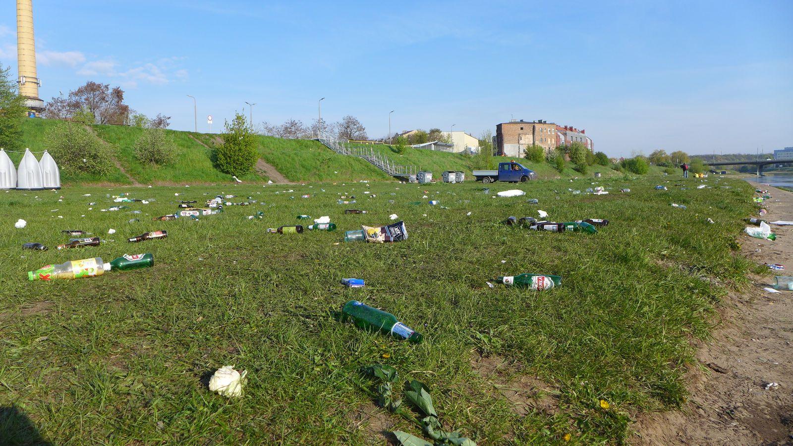 Bałagan nad Wartą - posprzataj po sobie (5)  Foto: UMP