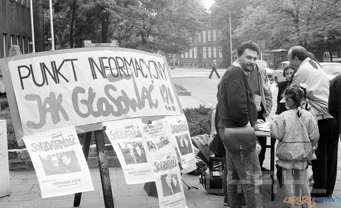 Punkt informacyjny Solidarności przez II Liceum Ogólnokształcącym na ul. Matejki  Foto: Jan Kołodziejski / Cyryl