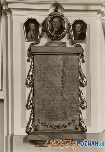 Epitafium Zygmunta Fryderyka Goebla z portretem zmarłego i jego dwóch synów Piotra Daniela i Jana Zygmunta w kościele  Wszystkich Świętych - rok 1930  Foto: R.S. Ulatowski / Cyryl
