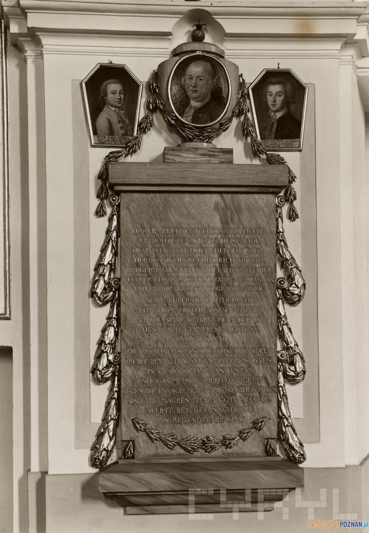 Epitafium Zygmunta Fryderyka Goebla z portretem zmarłego i jego dwóch synów Piotra Daniela i Jana Zygmunta w kościele  Wszystkich Świętych – rok 1930