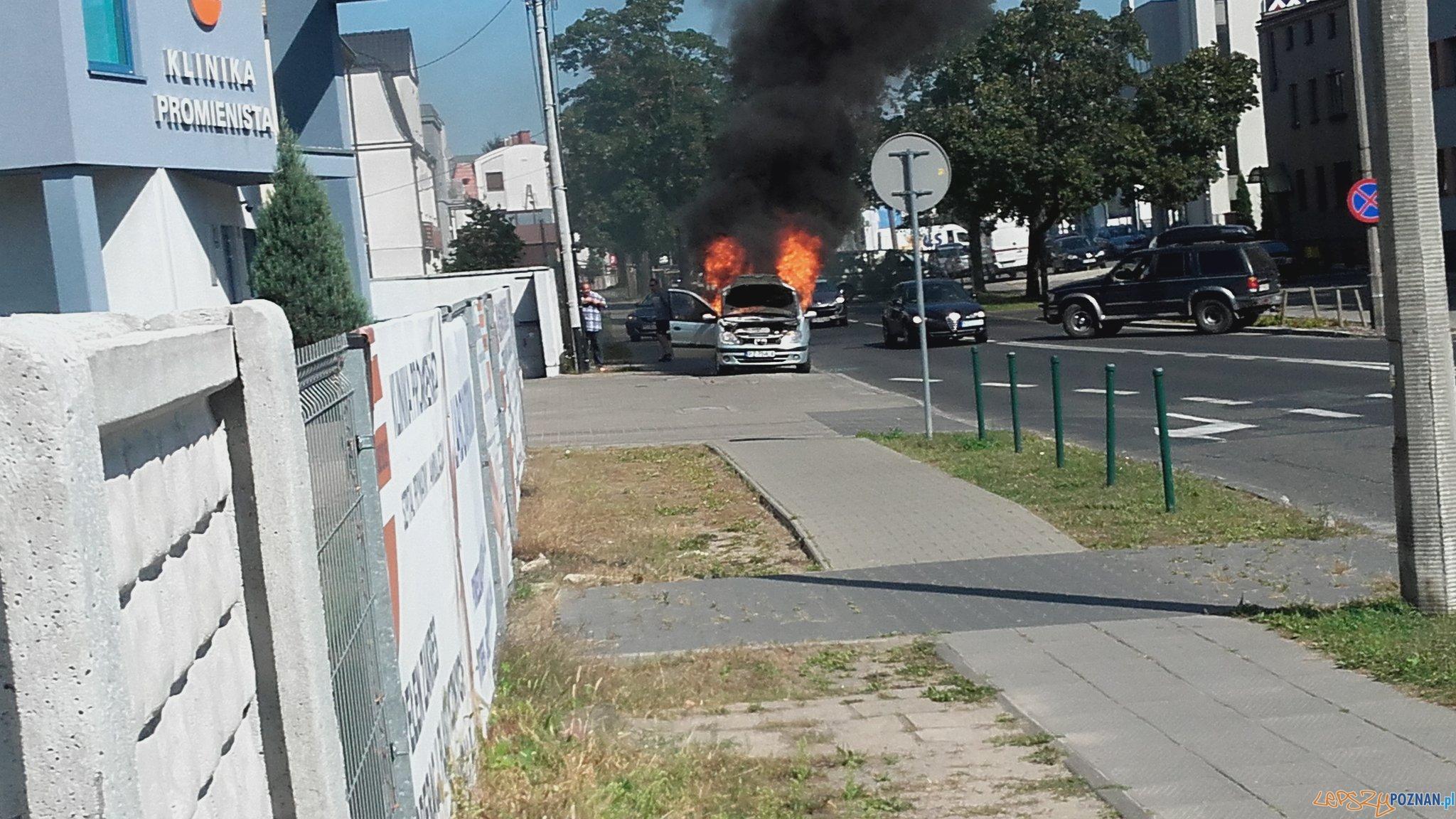 Pożar samochodu na Promienistej  Foto: twitter @LeszczynskiR