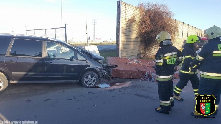 Samochód rozbił mur  Foto: OSP Luboń / Kordian