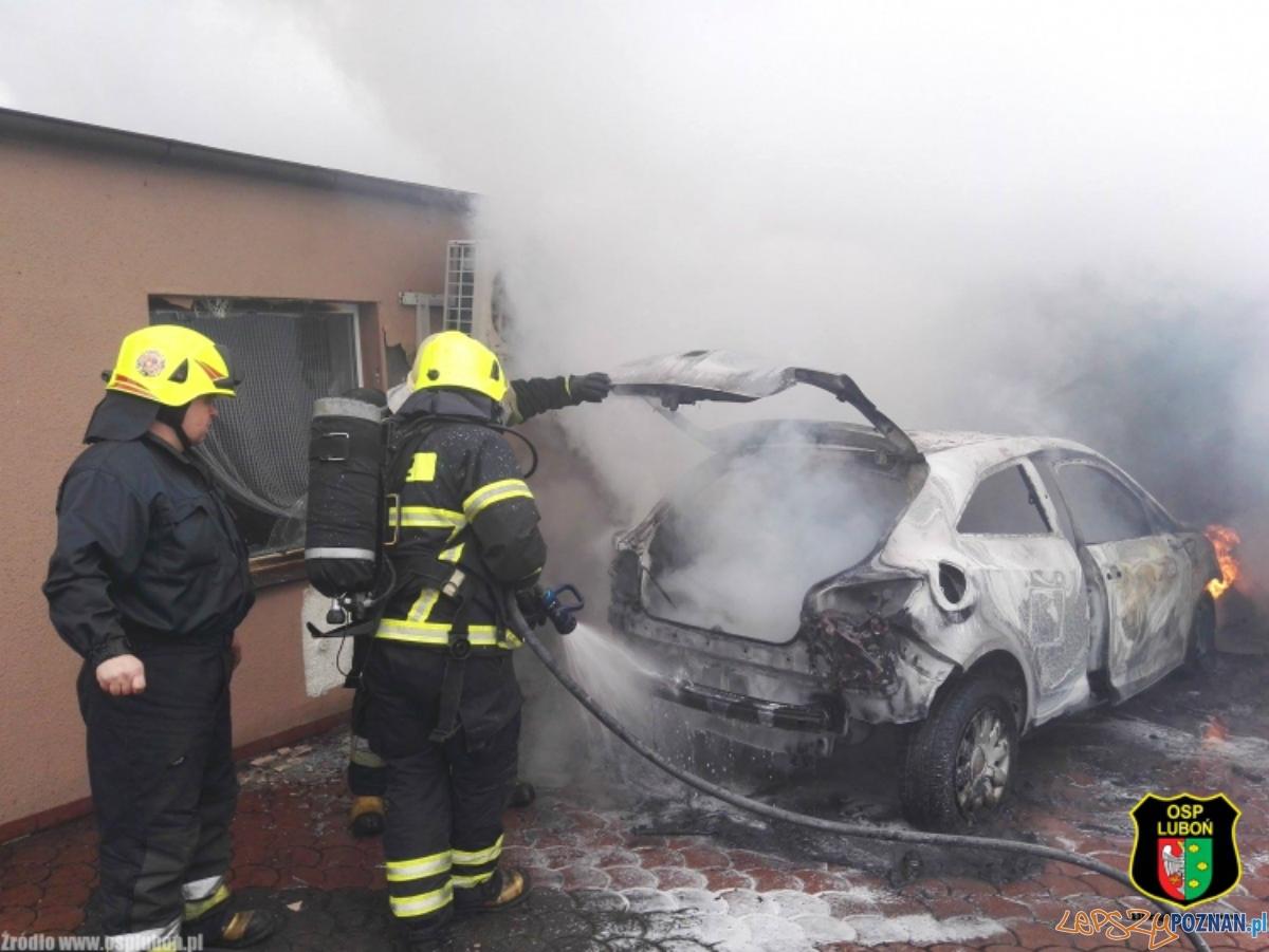 Samochód w ogniu  Foto: OSP Luboń