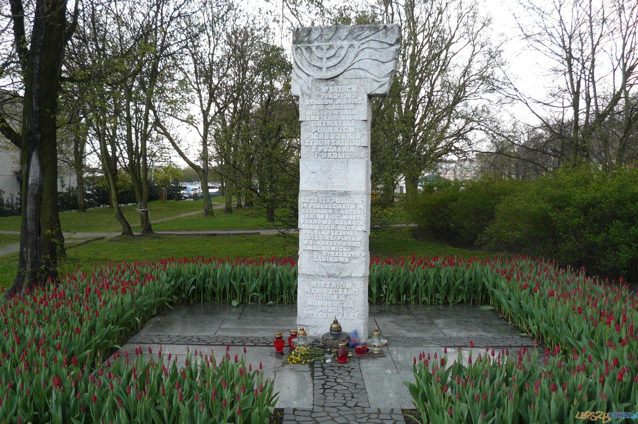 Pomnik pomordowanych Żydów - rzeźba Józefa Kaliszana  Foto: MOs810 / wikipedia