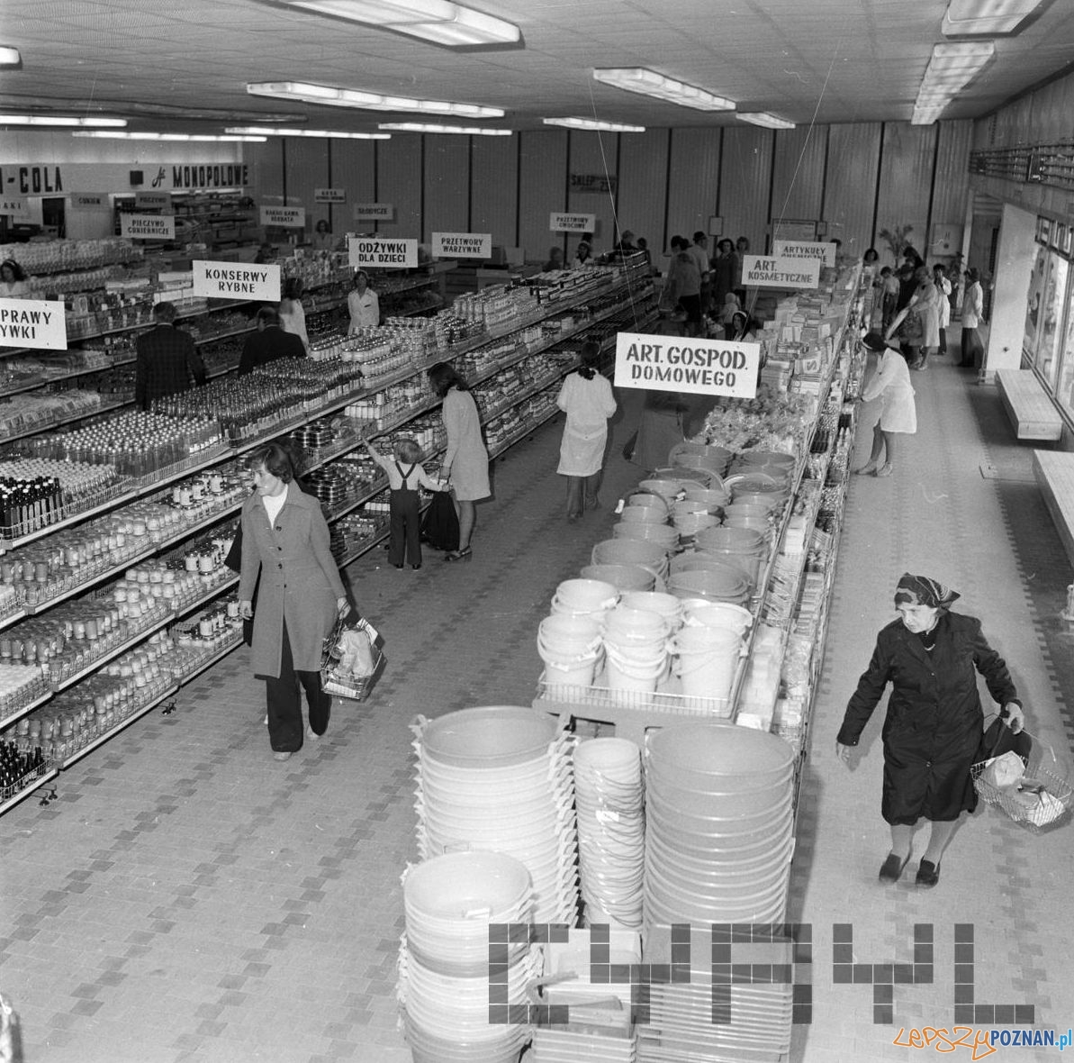Nowy SAM - samoobsługowy sklep spożyuwczy na Ratajach - 25.05.1975  Foto: Stanisław Wiktor / Cyryl