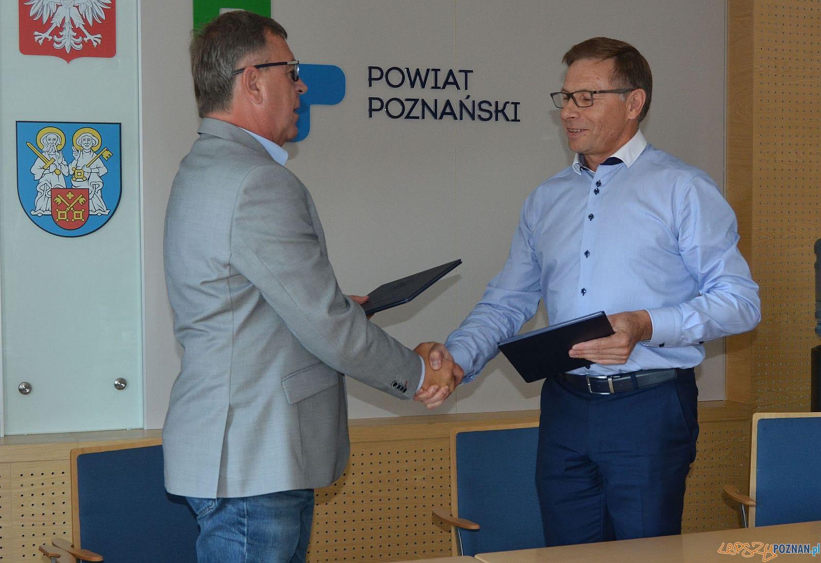 Podpisanie porozumienia  Foto: Powiat Poznański - materiały prasowe