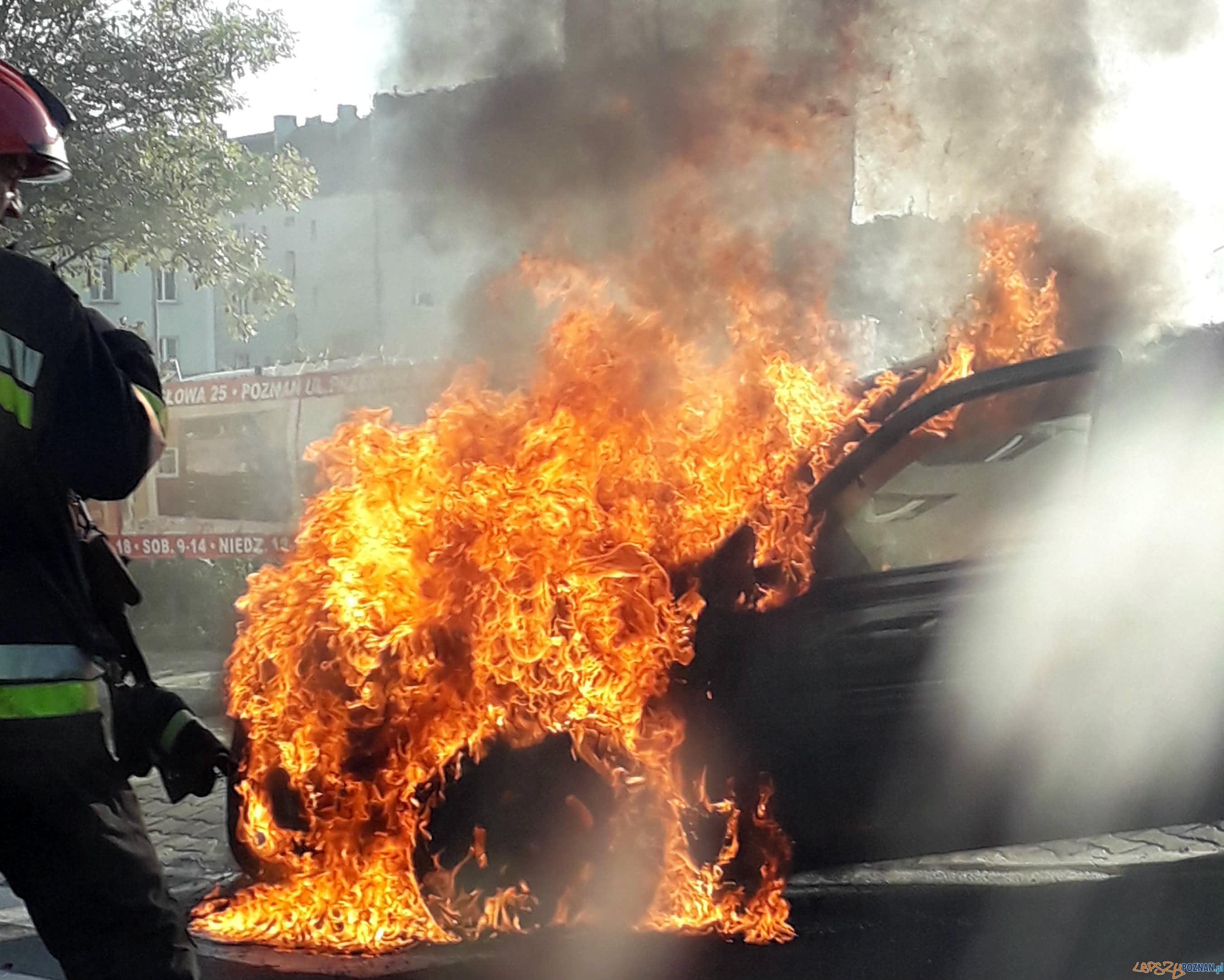 Płonący samochód na ul. Hetmańskiej  Foto: Zbyszek