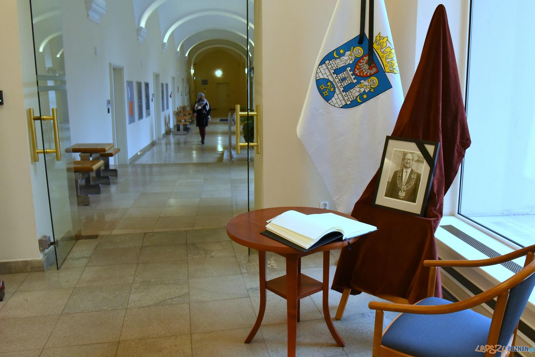 Księga kondolencyjna w UMP  Foto: UMP