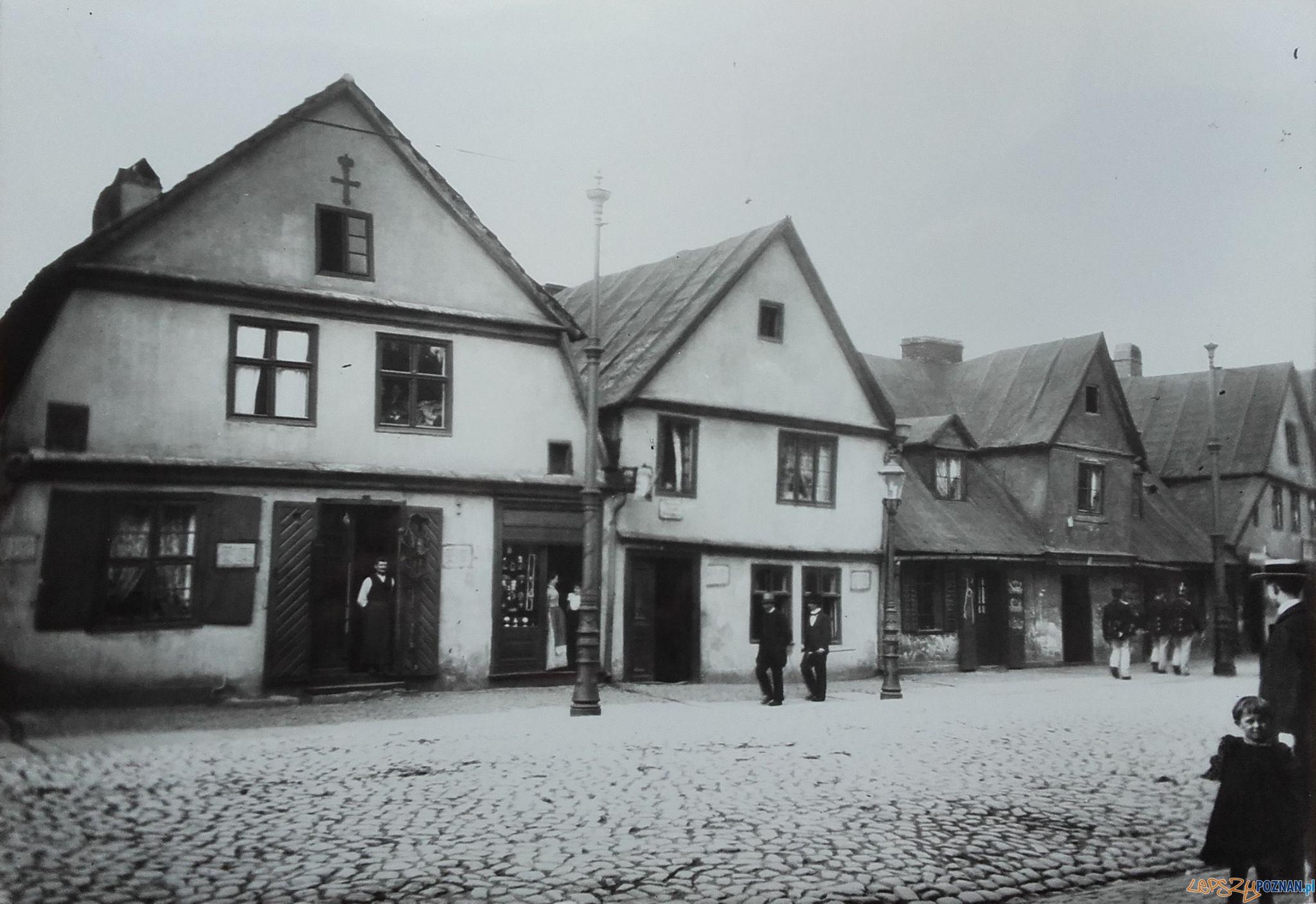 Stare domy przy ul. Chwaliszewo. W drzwiach budynku po lewej nr 7 stoi mistrz siodlarski P. Śliwiński 1899 r fot. ze zb. Archiwum KMP.  Foto: KMP