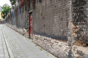 Mur oporowy na Wzgórzu Przemysła z wejściem do schronu  Foto: Rada Osiedla Stare Miasto